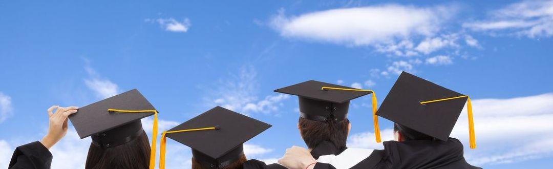 Studierende vor blauem Himmel - Rundum sorglos ins Auslandsstudium